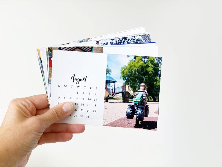 A free download to make your own photo calendar in the Project Life App. A personalized gift... no craft skills required!